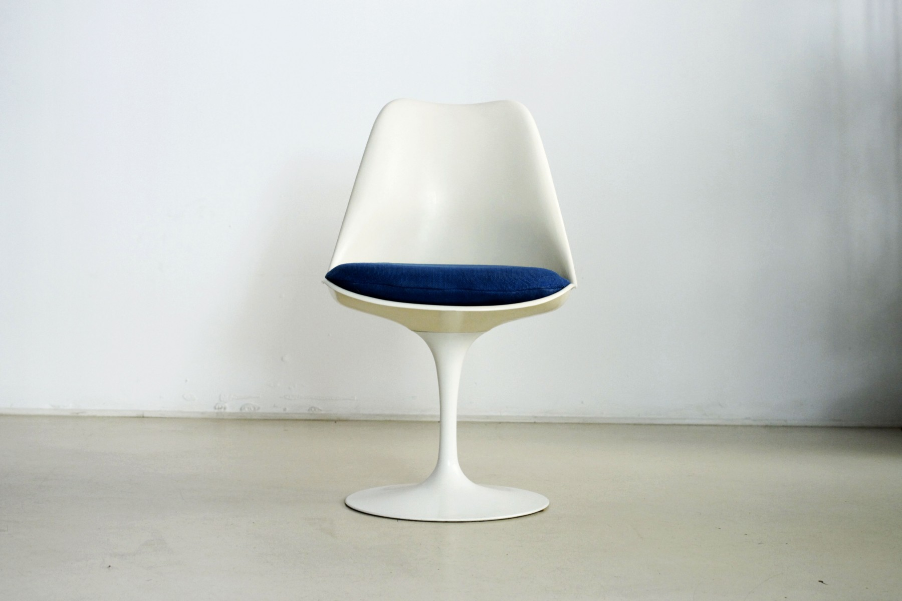 american-fixed-tulip-chair-in-blue-by-eero-saarinen-for-knoll-1970-pamono
