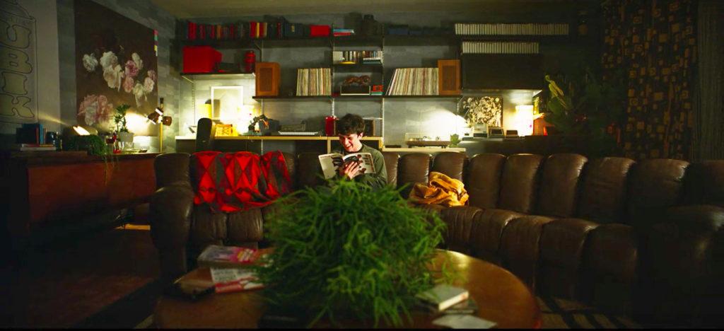 Bandersnatch-colins-flat-de-sede-sofa-film-and-furniture