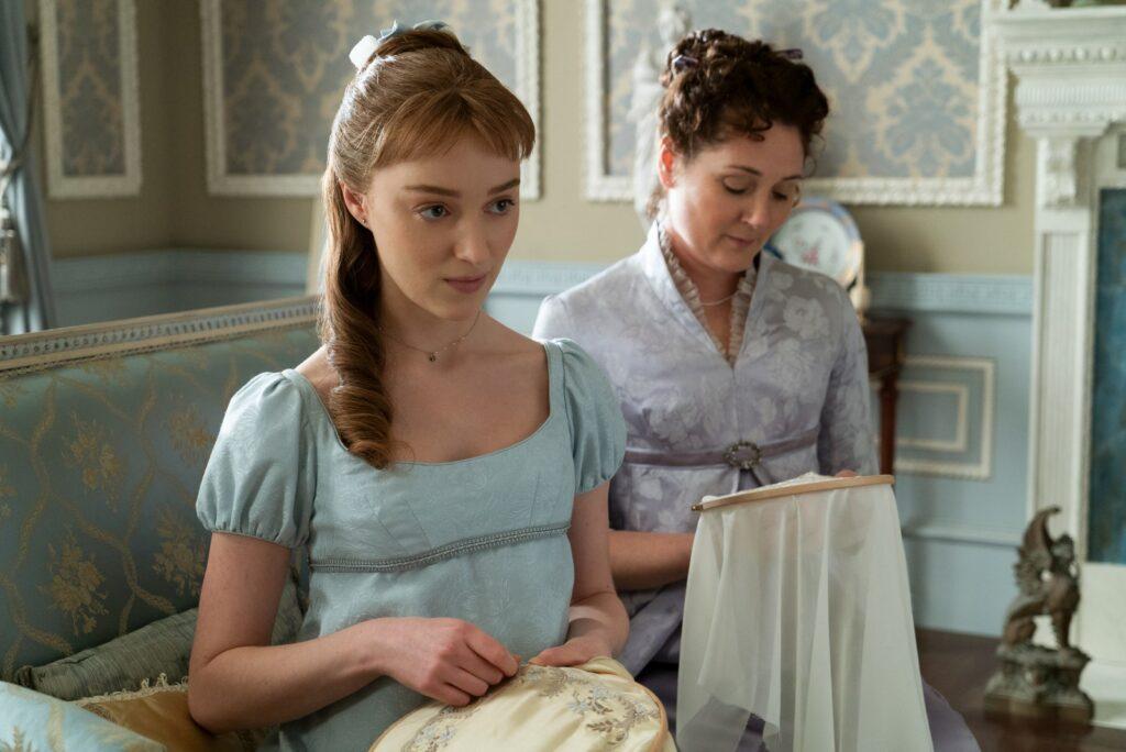 Daphne Bridgerton (Phoebe Dynevor) and Lady Violet Bridgerton (Ruth Gemmell) in the Bridgerton family home