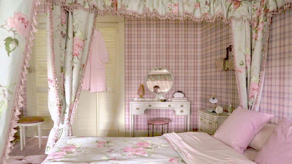 Beth's bedroom in The Queen's Gambit